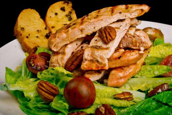 מנת בנקוק סיזר צ'יקן סלט במסעדת הסוהו